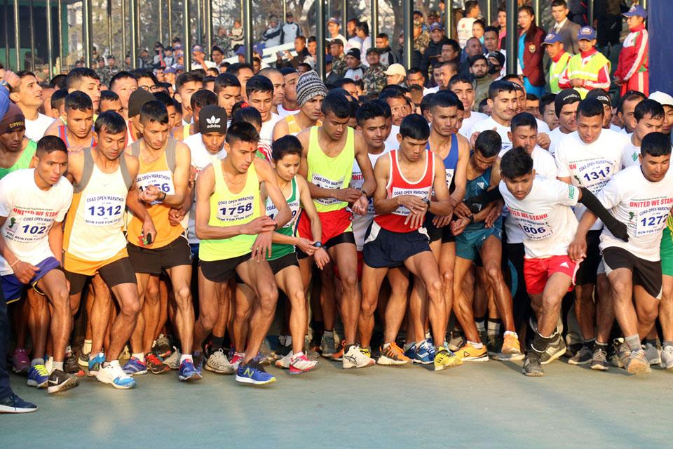 काठमाडौँको टुँडिखेलबाट शनिबार बिहान शुरु भएको प्रधानसेनापति तेस्रो खुल्ला म्याराथन प्रतियोगिताका सहभागीहरु । तस्बिरः रासस