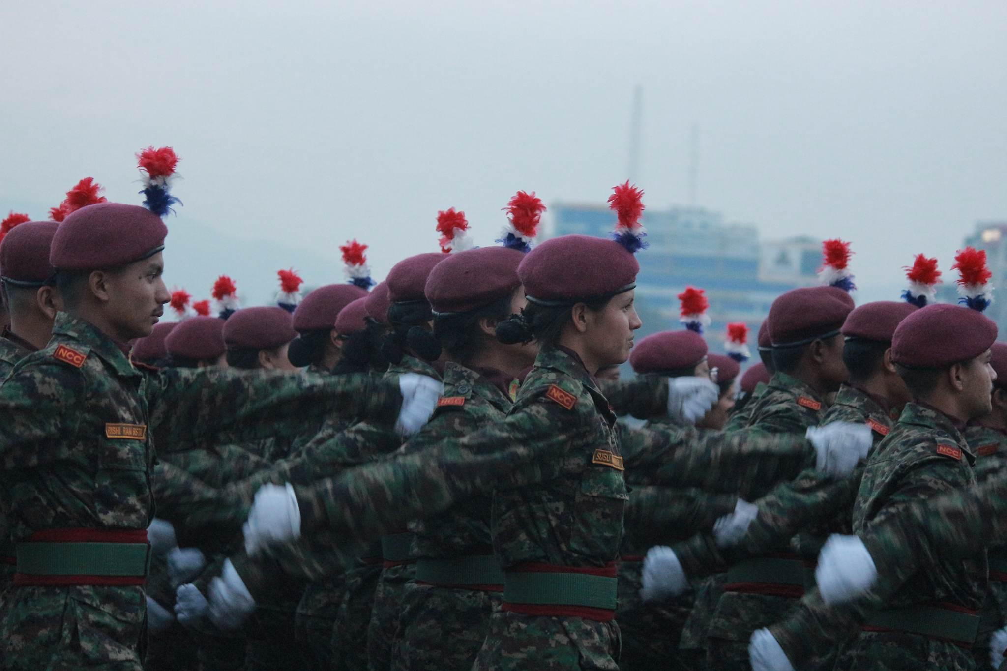 सेना दिवसको अवसरमा काठमाडौंमा गरिएको कार्यक्रममा सहभागी परेड खेल्दै नेपाली सेना । तस्बिर, बाह्रखरी