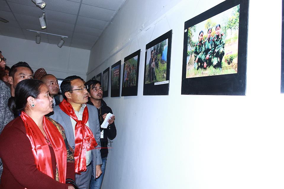 काठमाडौंको बरबरमहल आर्ट काउन्सिलमा सांस्कृतिक संग्रहालय नेपालको आयोजनामा माओवादी जनयुद्धको २ दशक विषयक फोटो प्रदर्शनीमा फोटो हेर्दै नेता वर्षमान पुन र ओनसरी घर्ति मगर । तस्बिर, बाह्रखरी