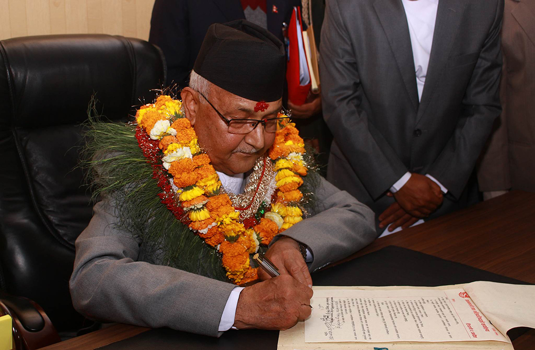 पदभार ग्रहण गर्दै नवनियुक्त प्रधानमन्त्री केपी शर्मा ओली । तस्बिर, सरिता खड्का