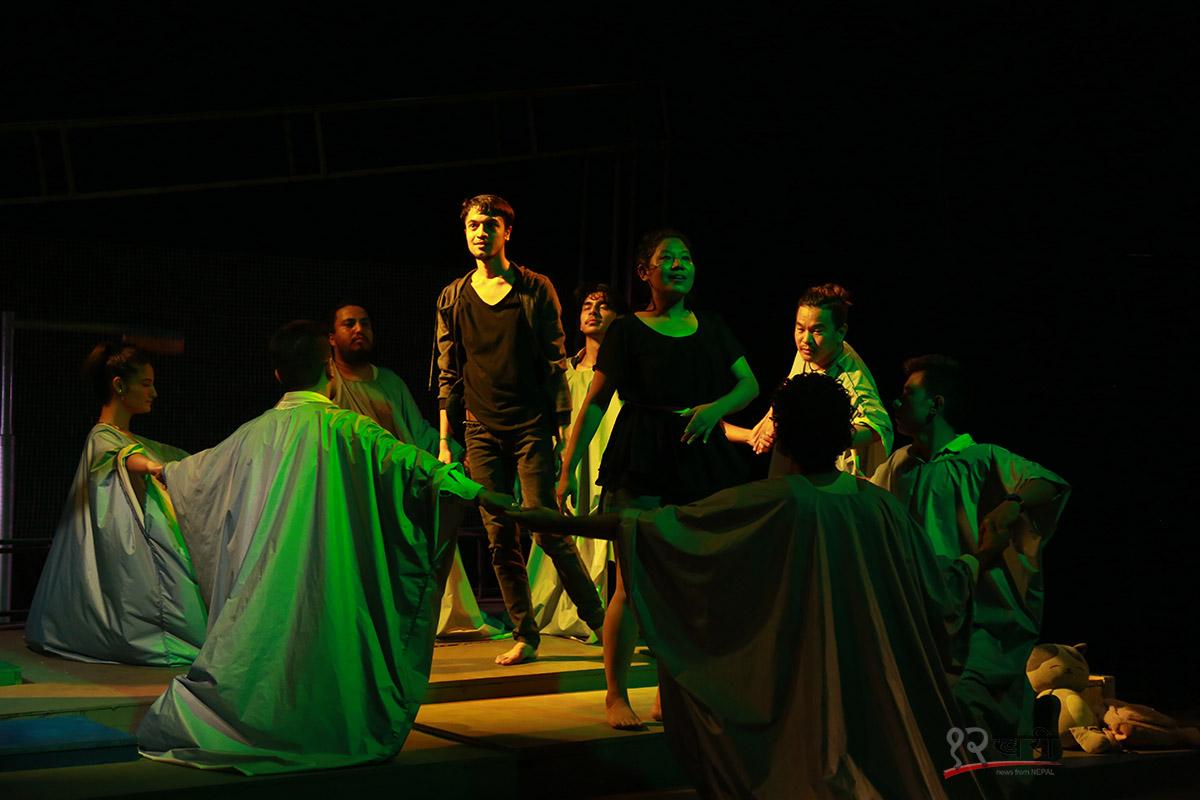 भर्चुअल र रियल संसारको भिन्नभिन्न परिचय बोकेको 'गुम्फन'
