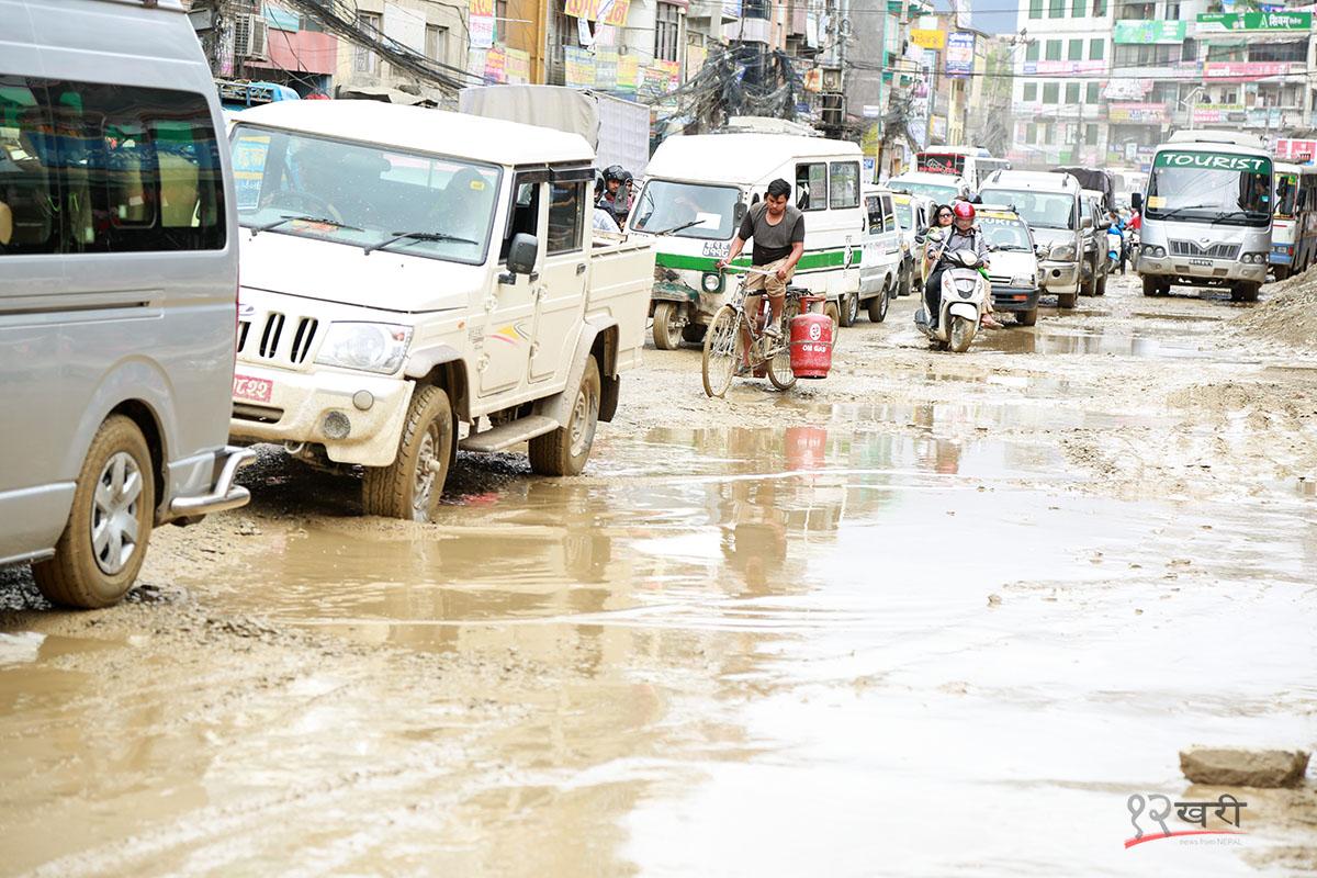 हिलोको सकस ! यस्तो छ काठमाडौंकै सडक (भिडियो रिपोर्ट)